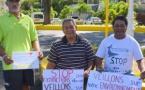 Des habitants de Mahaena manifestent contre les extractions en rivière