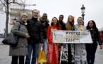 Les trois dauphines de Miss Tahiti distribuent des fleurs de tiare à Paris