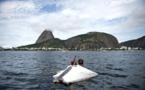 A Rio, un SDF sur son radeau avec une des plus belles vues au monde