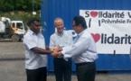 Les habitants du Vanuatu découvrent nos dons et nous remercient
