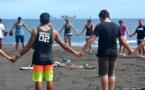 Les kiterboarders de Hitimahana font une dernière prière pour les trois petits noyés