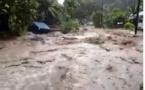 Un torrent d'eau déferle sur la route de la vallée de Faaripo (vidéo)