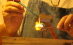 Une femme, deux passions : le filage de verre et le raku