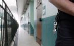 Elle ravitaillait un détenu en remplissant son soutien-gorge