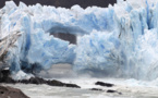 Spectaculaire rupture d'une arche de glace en Patagonie