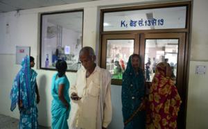Le calvaire d'un père indien pour maintenir sa fille en vie à l'hôpital de Gorakhpur