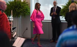 Melania Trump reçoit les Premières dames en rose fluo