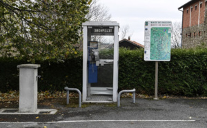 Symbole de l'ère pré-numérique, la cabine téléphonique raccroche