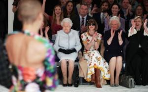 Elizabeth II pour la première fois à la Fashion Week de Londres