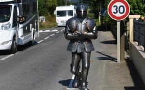 Après 10 jours de périple, Poincheval arrive à Brest en armure