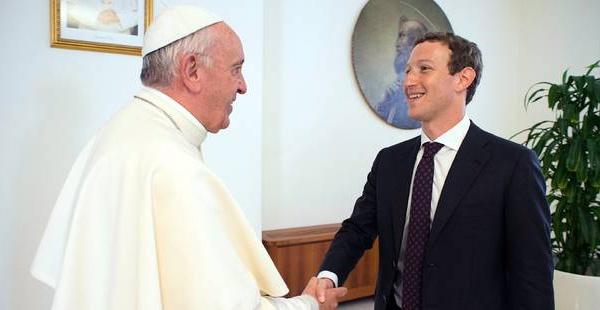Le pape parle d'aide aux pauvres avec Mark Zuckerberg, le patron de Facebook