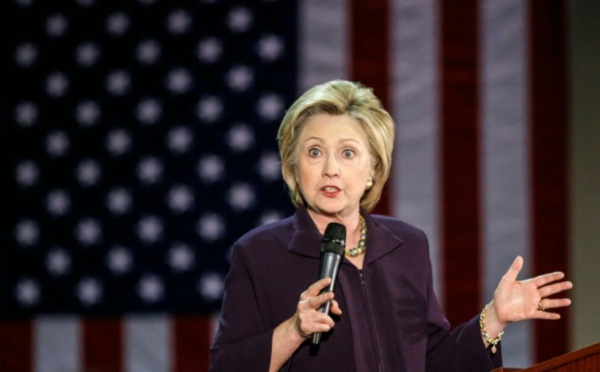 """Clinton voit en Trump une """"menace"""" pour la démocratie américaine"""