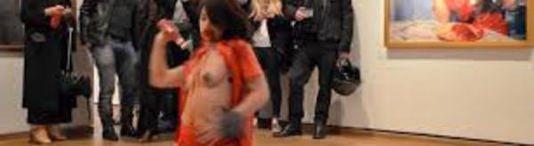 L'artiste Déborah de Robertis jugée pour exhibition sexuelle dans deux performances