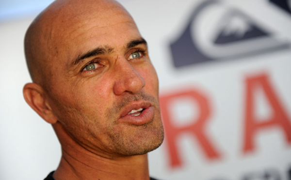 "Kelly Slater, légende du surf, appelle à des ""abattages"" de requins à La Réunion"