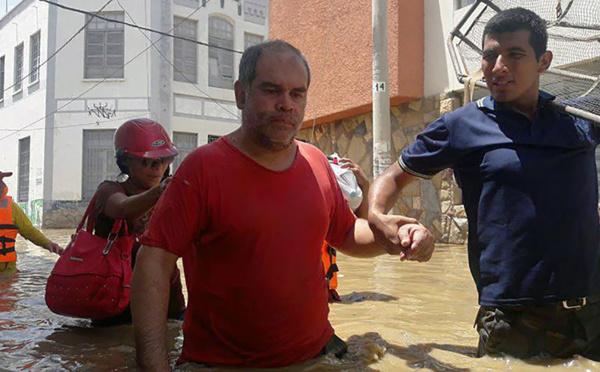 Pérou : des sauveteurs repêchent les sinistrés dans les rues inondées