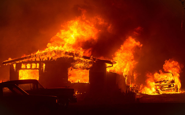 Des dizaines de milliers de Canadiens fuient les feux de forêt