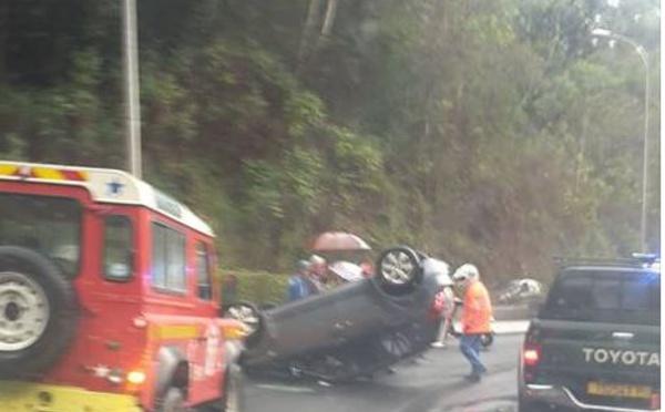 Une voiture sur le toit dans la descente du Tahara'a