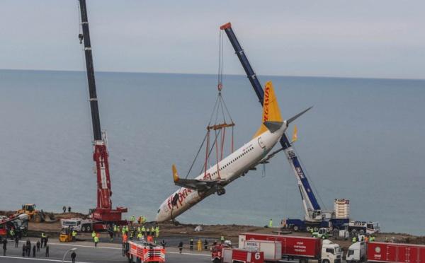 Turquie: l'avion embourbé sur une falaise a été récupéré