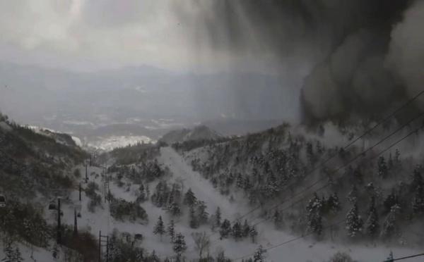 Japon: un soldat meurt dans une avalanche provoquée par une éruption volcanique