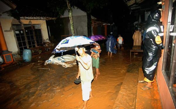 Glissement de terrain en Indonésie: cinq morts, 15 disparus