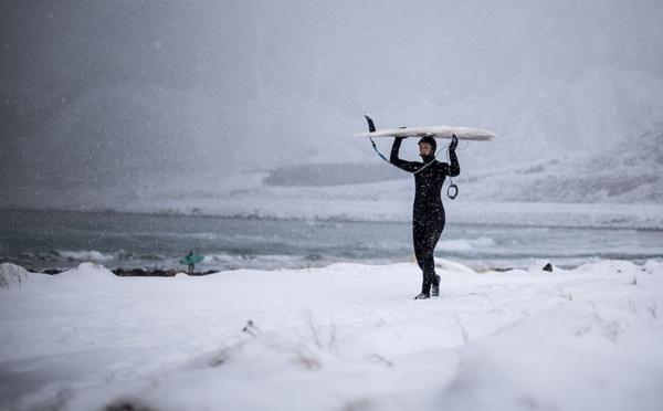 Au-delà du cercle arctique: portraits de surfeurs de l'extrême