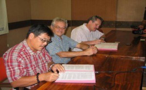 Air Tahiti Nui et la CCISM signent un contrat d'affrètement de vols directs entre Tahiti et la Chine à l'occasion de l'Exposition Universelle de Shanghai.