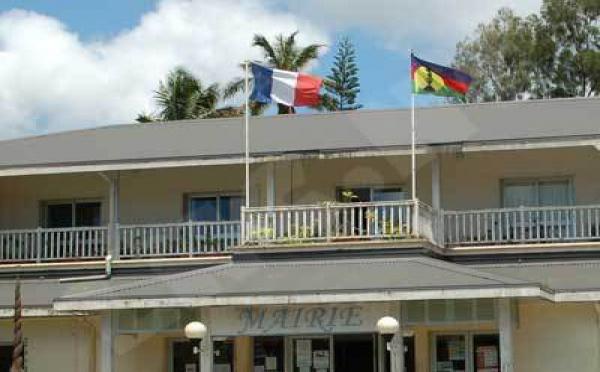 Fillon à Nouméa, où flottent ensemble les drapeaux français et kanak
