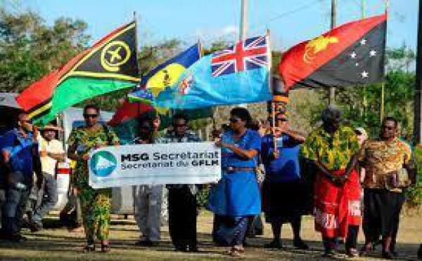 Le Groupe Mélanésien Fer de Lance fait flotter son nouveau drapeau