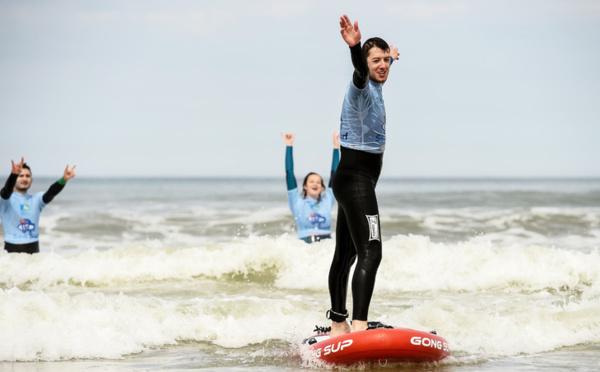 A Lacanau, des adolescents malvoyants se dépassent grâce au surf