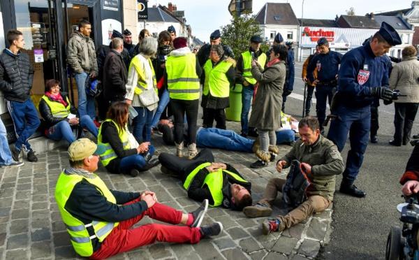 """Les """"gilets jaunes"""" promettent une """"France bloquée"""" samedi pour défier le gouvernement"""