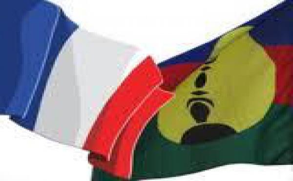 Calédonie: Copé pour les deux drapeaux, prône l'union de la droite