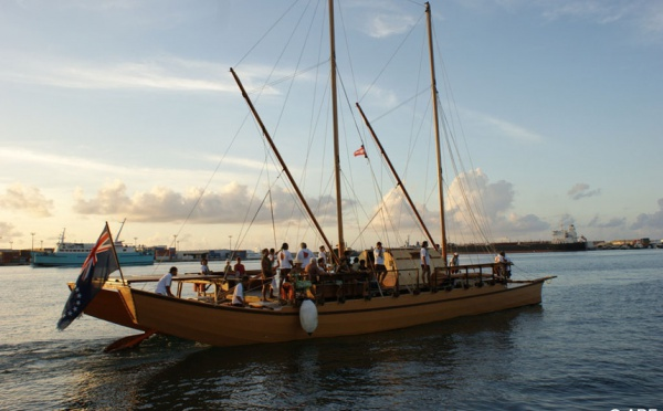 Jacqui Drollet salue l'équipage de la Pirogue TEMARUMARU ATUA