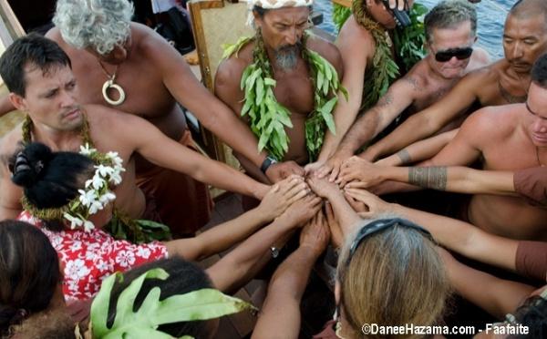 Après Fakarava, les pirogues du Tavaru 2011 en route vers les Marquises