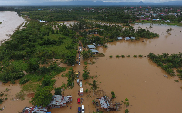 Indonésie: au moins 17 morts, des milliers de déplacés par des inondations