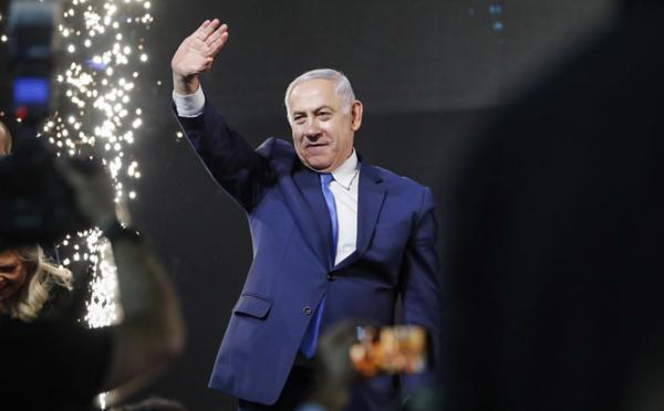 Israël: inculpé, Netanyahu renonce à 3 ministères, reste Premier ministre