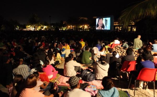 Planète Eco tour: Des centaines de personnes à la projection cinéma en plein air dans les jardins de Paofai