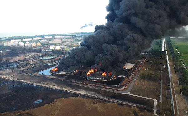 Vaste incendie dans une raffinerie en Indonésie
