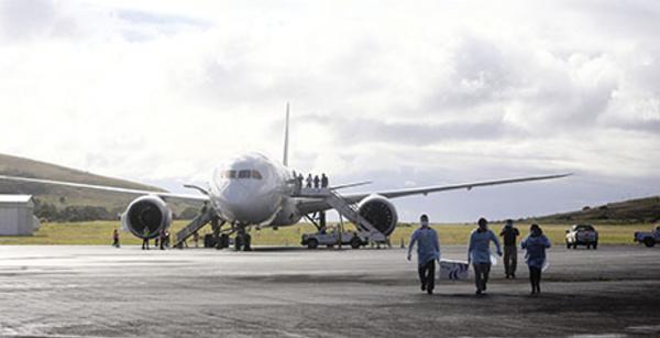 L'unique vol hebdomadaire entre l'île de Pâques et le Chili suspendu