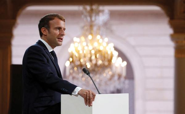 """Macron """"demande pardon"""" aux harkis et annonce une loi de réparation"""