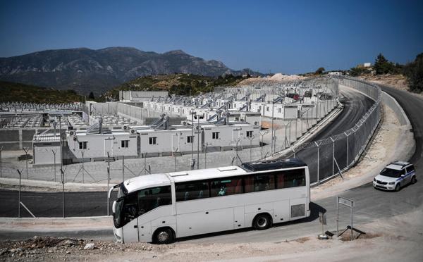 """Sur l'île grecque de Samos, les migrants s'installent dans un nouveau camp """"effrayant"""" par sa taille"""