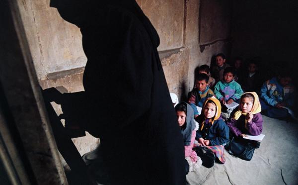 Afghanistan: les talibans laissent les collégiennes et lycéennes revenir en cours
