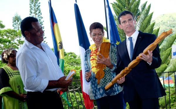 """Manuel Valls dans la """"brousse"""" calédonienne, """"grande oubliée"""" de l'archipel"""