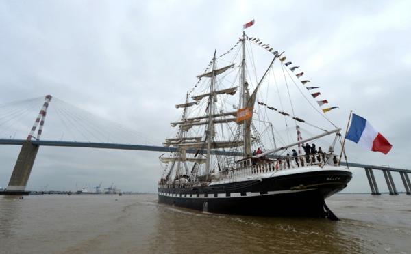 Coups de canon et cornes de brume pour la parade du Belem et d'une flotte éclectique sur la Loire