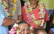 Des enfants heureux avec Joseph Maroun, Rainui Goltz, le directeur de l'école primaire et Madame Amaru, première adjointe.