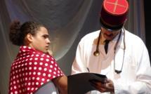 De talentueux comédiens (ici Tuarii Tracqui et Guillaume Gay) du fenua portent cette pièce de théâtre traitant du sujet explosif des essais nucléaires menés en Polynésie.