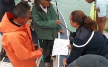 Pour ces recherches, les pêcheurs font, à chaque fois, un point de situation avec les gendarmes. De son côté, le mari de Tina (avec l'imperméable orange) ne veut rien lâcher.