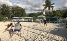 A mi-chemin entre le tennis, le badminton et le beach volley, le beach tennis a déjà conquis une dizaine de personnes à Tahiti.