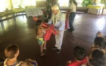 Le moment très attendu par les enfants, celui de la remise des cadeaux.