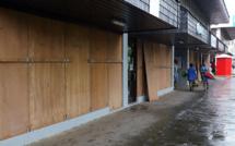 Avant l'arrivée du cyclone, la population a tenté de protéger les habitations et les commerces.