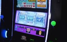 Les casinos pourront rouvrir mardi, mais uniquement avec les machines à sous
